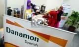 Teller melayani nasabah di Banking Hall Bank Danamon Syariah, Jakarta, Jumat (6/2). (Republika/Yasin Habibi)