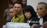 Terdakwa kasus dugaan penistaan agama Gubernur DKI Jakarta, Basuki Tjahaja Purnama (kedua kiri) menjalani sidang yang digelar oleh Pengadilan Negeri Jakarta Utara di Auditorium Kementerian Pertanian, Jakarta, Selasa (21/3).