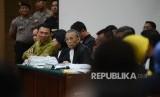 Terdakwa kasus dugaan penistaan agama Gubernur DKI Jakarta, Basuki Tjahaja Purnama menjalani sidang yang digelar oleh Pengadilan Negeri Jakarta Utara di Auditorium Kementerian Pertanian, Jakarta, Selasa (21/3).