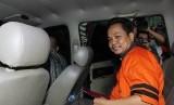 Tersangka anggota Majelis Hakim Pengadilan Tipikor Bengkulu Toton usai diperiksa di Gedung KPK, Jakarta, Jumat (26/8).