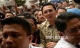 Tersangka kasus dugaan penistaan agama Basuki Tjahaja Purnama alias Ahok saat tiba di Kejaksaan Agung, Jakarta, Kamis (1/12)