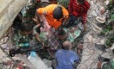 SAR teams evacuate victims trapped in the collapsed building of Trienggadeng Market after the earthquake hit Pidie Jaya, Aceh, Wednesday (12/7).