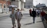 Turis berjalan-jalan di pusat kota Lisbon, Portugal.