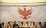 uru bicara tim pemenangan Prabowo-Hatta, Tantowi Yahya (ketiga Kiri) bersama sejumlah pimpinan Parpol Koalisi Merah Putih memberikan keterangan pers terkait putusan sidang Perselisihan Hasil Pemilihan Umum (PHPU), Jakarta, Kamis (21/8) malam. Koalisi Merah