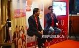 VP Digital Advertisng Telkomsel Harris Wijaya (kanan)menjelaskan aplikasi ROLi, saat peluncurannya, di Jakarta, Rabu (19/9). Aplikasi berbasis Android yang menawarkan berbagai macam informasi tentang kuliner, bisnis, gadget, seni, fesyen, olahraga, sepakbola, kesehatan dan lain-lain.