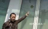 Wakil Ketua DPP PPP Humphrey Djemat menunjukkan barang bukti batu dan kaca yang rusak akibat penyerangan oleh orang tak dikenal di Kantor DPP PPP kubu Djan Faridz, jalan Diponegoro, Jakarta, Minggu (16/7).