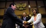 Wakil Ketua DPR Taufik Kurniawan (tengah) menyaksikan saat pergantian wakil ketua komisi IX di gedung DPR, Jakarta, Rabu (30/5).