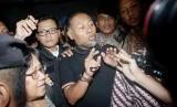 Wakil Ketua Komisi Pemberantasan Korupsi (KPK) Bambang Widjojanto keluar gedung Bareskrim Mabes Polri seusai menjalani pemeriksaan di Mabes Polri, Jakarta, Sabtu (24/1).  (Antara/M Agung Rajasa)
