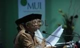 Wakil Ketua MUI Ma'aruf Amin berbicara saat konfrensi pers fatwa MUI selama tahun 2014 di Jakarta, Selasa (3/3). MUI mencetuskan empat fatwa, diantaranya penyamakan kulit hewan dan pemanfaatannya juga hubungan lesbian, gay, sodomi, pencabulan.