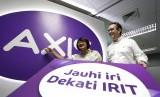 Wakil Presiden Direktur XL Dian Siswarini (kiri) berbincang bersama Direktur dan Customer Management XL Rashad Javier Sanchez pada peluncuran program produk layanan seluler AXIS