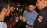 Wali Kota Bogor Bima Arya (tengah) menyerahkan KTP-elektronik yang sudah dicetak kepada warga saat pembagian KTP-elektronik secara serentak di Hall A GOR Pajajaran, jalan Pemuda, Kota Bogor, Jawa Barat, Minggu (5/11).