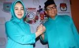 Walikota Tangerang Selatan Airin Rachmi Diany (kiri) bersama Wakil Walikota Benyamin Davnie (kanan) mendaftar ke Kantor KPU Tangsel sebagai Bakal Calon di Serpong, Tangsel, Banten, Senin (27/7).