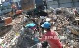 Warga bersama aparat melakukan evakuasi lanjutan di reruntuhan ruko di Pasar Meureudu, Pidie Jaya, NAD, Kamis (8/12).