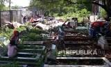 Warga korban penggusuran Kampung Palem Nuri, Kelurahan Panunggangan Barat, Kota Tangerang memilih bertahan dan tidur di atas pemakaman umum yang bersebelahan dengan lokasi penggusuran, Kamis (7/12).