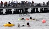 Warga memadati pantai Ancol, Jakarta, Jumat (9/8).    (Republika/Yasin Habibi)