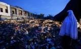 Warga menyaksikan puing bangunan pasar Meuredu yang rubuh akibat gempa di Pidie Jaya, Aceh, Kamis (8/12). Hingga hari kedua pasca gempa bumi, tim Basarnas dibantu aparat TNI/Polri dan para relawan masih melakukan upaya pencarian serta evakuasi korban yang