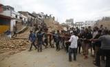 Warga saling bahu-membahu mengangkat reruntuhan di gempa Nepal.