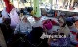 Warga yang berada di tempat pengungsian Pidie Jaya, NAD, Kamis (8/12).