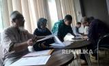 Warga yang menjadi korban First Travel mengisi formulir di posko pengaduan korban First Travel di Bareskrim Polri, Jakarta, Jumat (25/8).