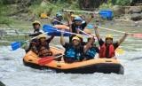 Wisata arung jeram di Sungai Elo, Kabupaten Magelang, Jawa Tengah.