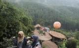 Wisatawan berfoto dengan latar belakang hutan pinus di kawasan wisata Lodge Maribaya, Kabupaten Bandung Barat, Jawa Barat, Ahad (5/11).