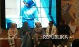 Zoya kolaborasi dengan Eksanti, Medina Zein, Fatin Shidqia dan Ray Anjas hadirkan busana bertajuk Asmaradana di panggung Muslim Fashion Festival (MUFFEST) 2018 di JCC, Jakarta, Ahad (22/4).