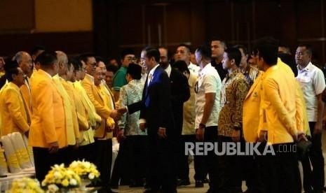 Jokowi-Airlangga Berbalas Pantun di HUT Golkar