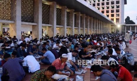 Sejumlah umat muslim saat berbuka puasa di Masjid Istiqlal, Jakarta, Senin (6/5).