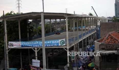 PKL dan Angkot Masih Menjamur di Bawah Skybridge