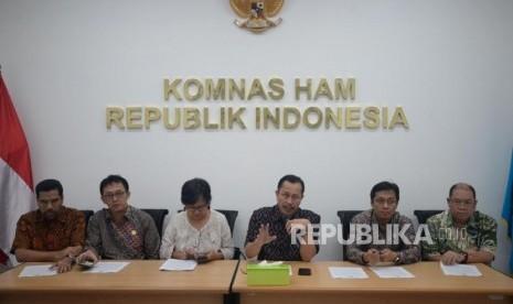 Ketua Komnas HAM Ahmad Taufan Damanik bersama pimpinan dan anggota Komnas HAM memberikan keterangan pers. (ilustrasi)