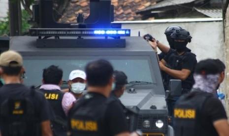 Densus 88 Tangkap 13 Terduga Teroris di Wilayah Riau thumbnail