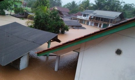 Dompet Dhuafa Bersihkan Jalan Korban Banjir di Tasikmalaya