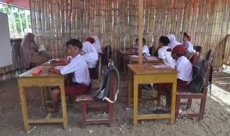 In Picture: Pascabencana Gempa Palu, Siswa SD Ujian di Kelas Darurat