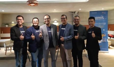 Dewan direksi peer to peer lending Akseleran dalam paparan kinerja akhir tahun di Jakarta, Rabu (15/1).