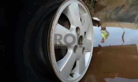 Mobil Kapolsek Kedaton Tabrak Trotoar Flyover thumbnail