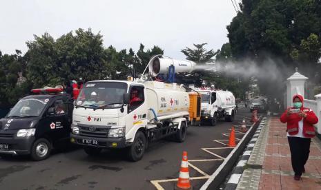 PMI Semprot Disinfektan di  Jalan Utama Kota Sukabumi