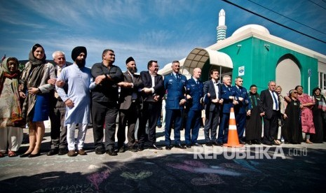 Berbagai elemen masyarakat membuat tirai manusia ketika umat muslim melaksanakan sholat jumat pertama pascapenembangan di dua masjid kota Christchurch pada Jumat (15/3) di Kilbirnie, Wellington, Selandia Baru, Jumat (22/3/2019).