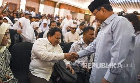 Prabowo Beri Hadiah Buku ke Penyandang Disabilitas