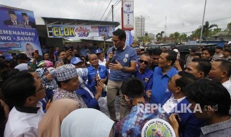 Ibu-Ibu Histeris Bertemu Sandiaga di Pasar Pekanbaru