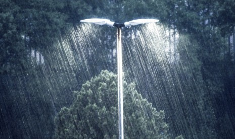 BMKG Prakirakan Jaksel Hujan Petir Siang Ini  Angin kencang