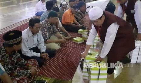 Jakarta Islamic Center Membagikan Makanan untuk berbuka bagi  jamaah sebagai bagian dari gerakan Gemakusi.