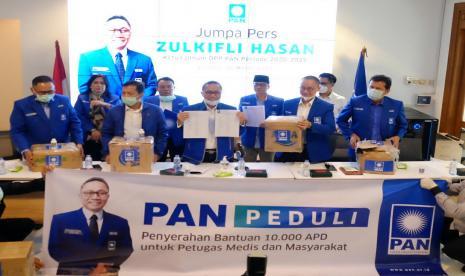 Ketua Umum Partai Amanat Nasional (PAN) Zulkifli Hasan dan pengurus DPP PAN 2020-2025 di kantor DPP PAN, Jalan Daksa I, Jakarta, Rabu (25/3).