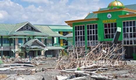 Kerahkan Alat Berat, TNI Bantu Bersihkan IAIN Palu