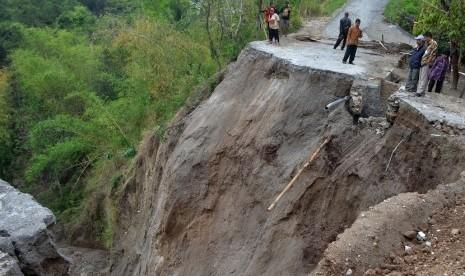 Longsor Timbun Jalan Lintas di Aceh Singkil
