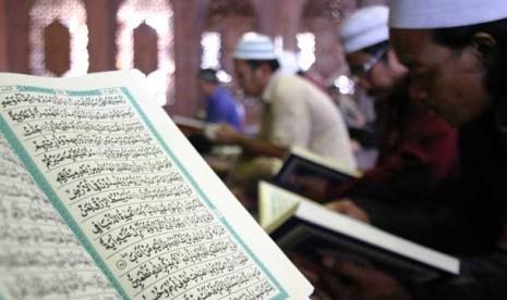 Orang membaca Alquran