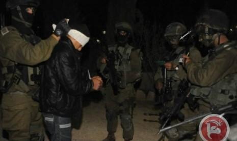 Pasukan Israel menangkap warga Palestina di Tepi Barat.