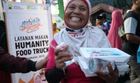 Pembagian makanan berbuka puasa untuk masyarakat di TPST Piyungan, Kabupaten Bantul, DIY, Rabu (15/5).