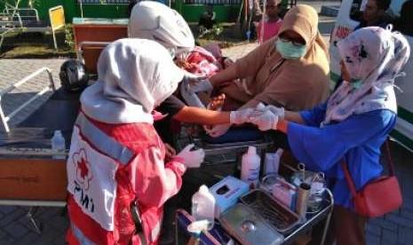 Relawan PMI Mendata Warga yang Mengidap Malaria di Lombok