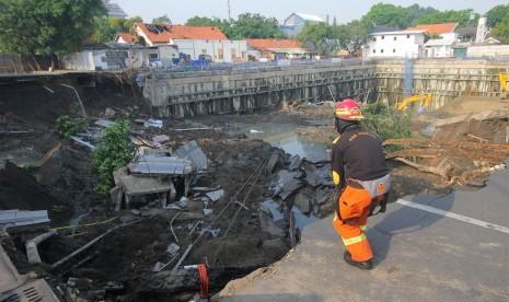 Jalan Gubeng Ambles, Polda: Ada Air Mengalir Saat Penggalian