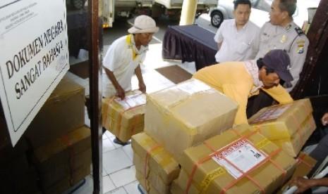 petugas tengah mengawasi pengiriman soal ujian nasional un 120412195134 332 Hari ini, naskah UN didistribusikan